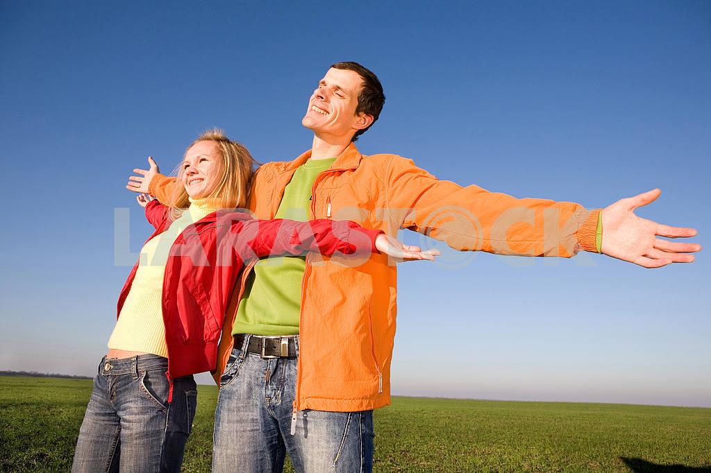 Young love couple enjoying the sun — Image 6883