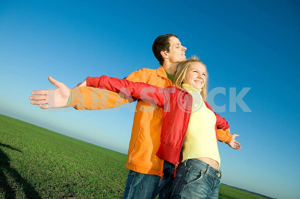 Счастливая пара улыбаясь в небо муха — Изображение 6884