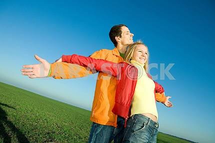Счастливая пара улыбаясь в небо муха