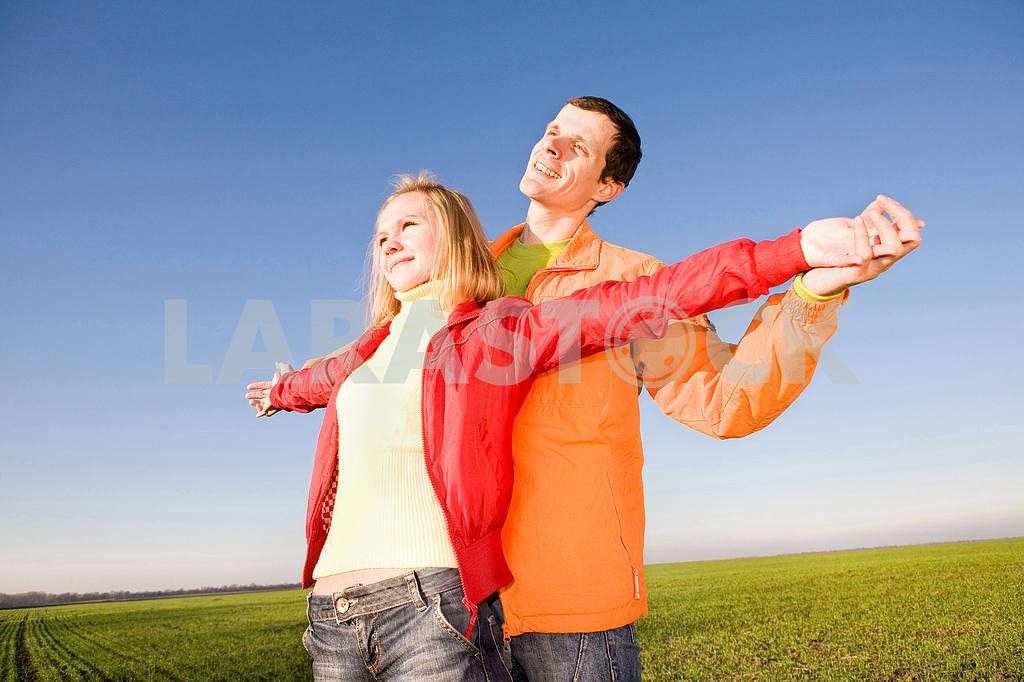 Молодые любви, пара , улыбаясь в голубое небо — Изображение 6885