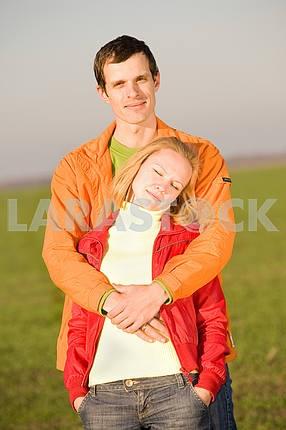 Молодые любви , пара, улыбаясь под открытым небом