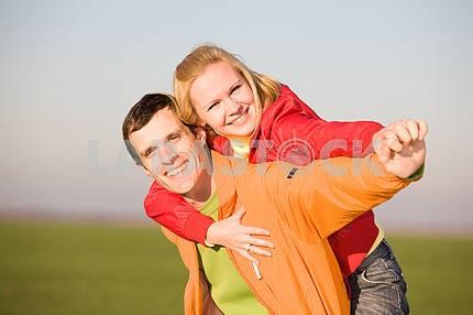 Счастливая пара улыбаясь