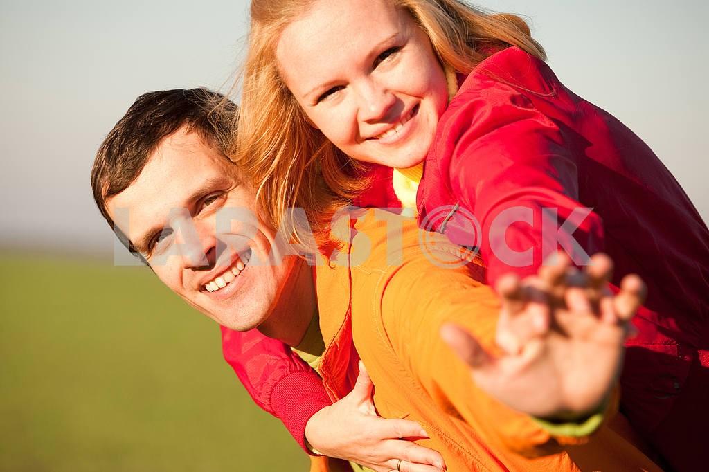 Молодые любви пара, улыбаясь в голубое небо — Изображение 6894