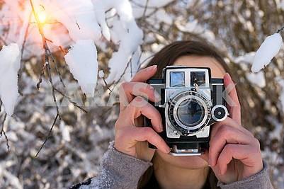 Девушка среди снега зимой