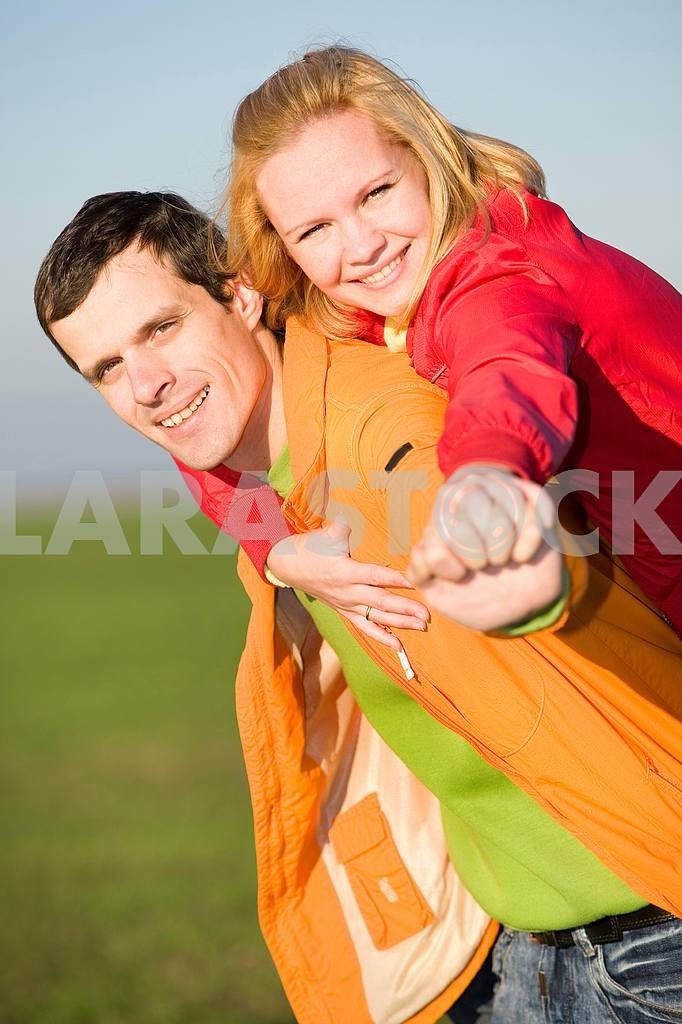 Молодые любви, пара , улыбаясь в голубое небо — Изображение 6897