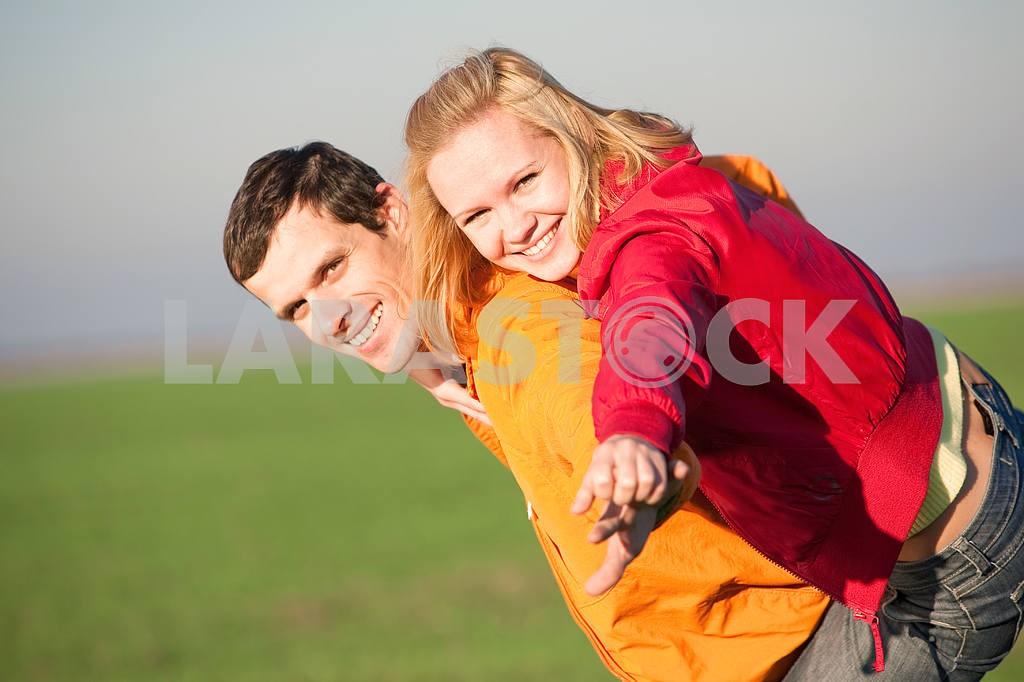 Молодые любви пара, улыбаясь в голубое небо — Изображение 6900