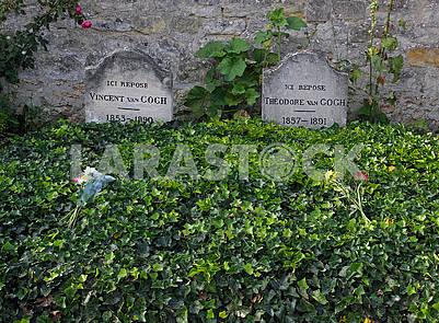 Могила Винсента Ван Гога и Теодора Ван Гога на деревенском кладбище