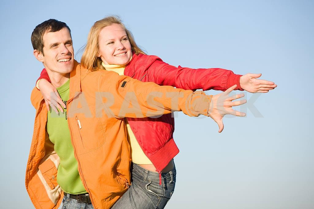 Молодые любви, пара , улыбаясь в голубое небо — Изображение 6905