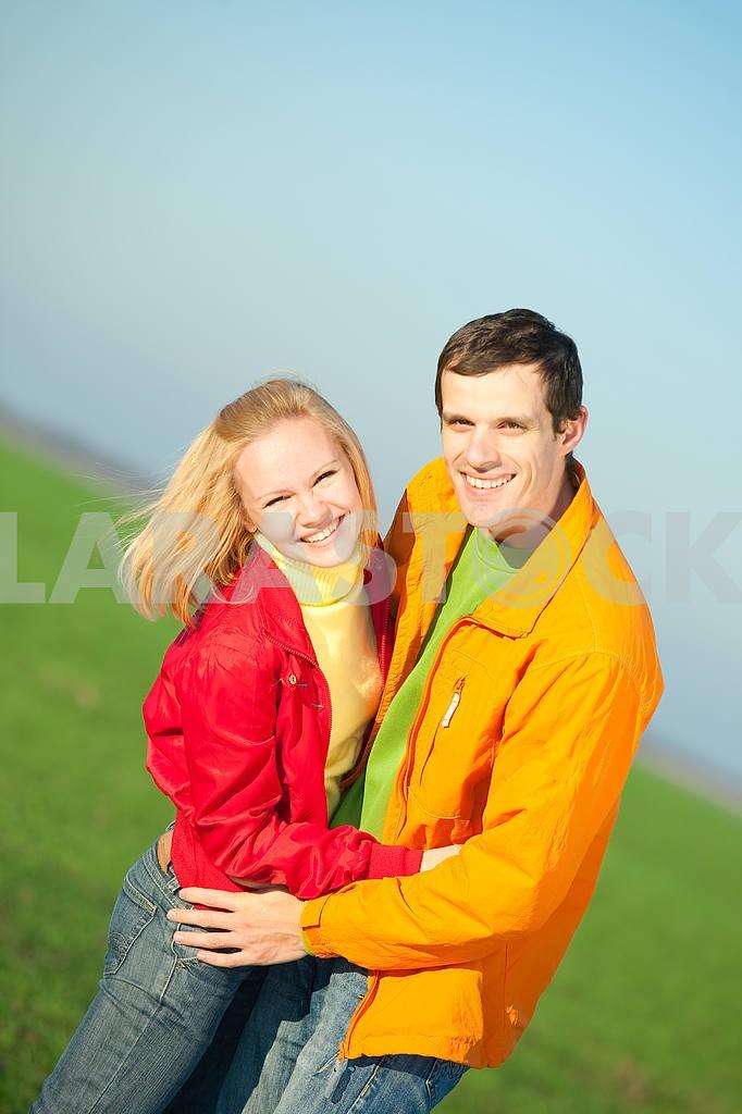 Молодые любви пара, улыбаясь в голубое небо — Изображение 6906