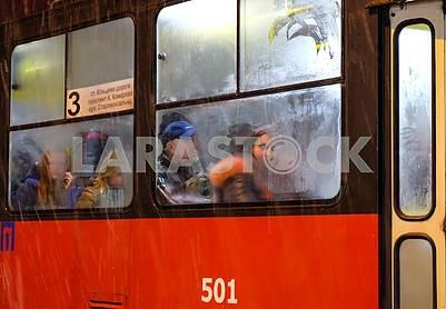 Люди в вагоне трамвая
