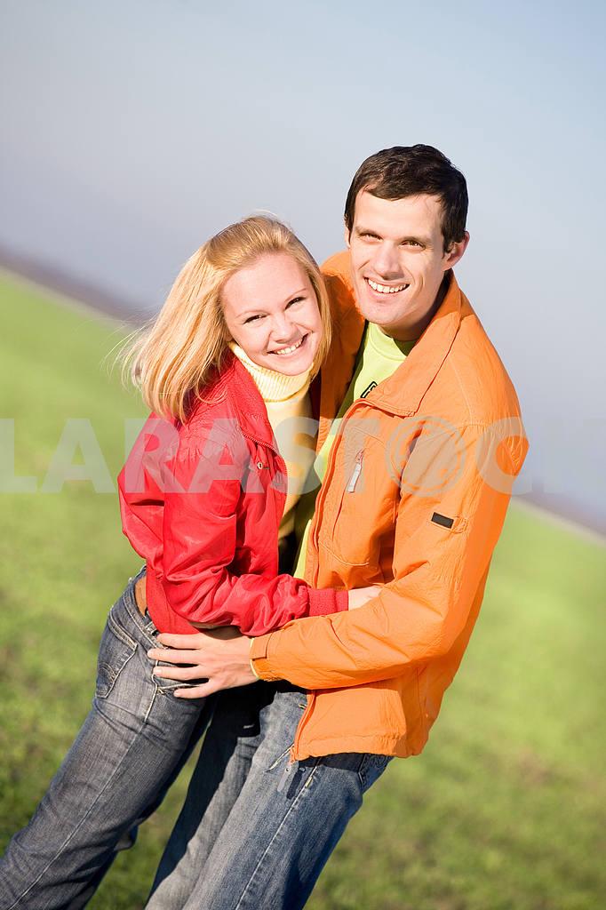 Молодые любви, пара , улыбаясь в голубое небо — Изображение 6907
