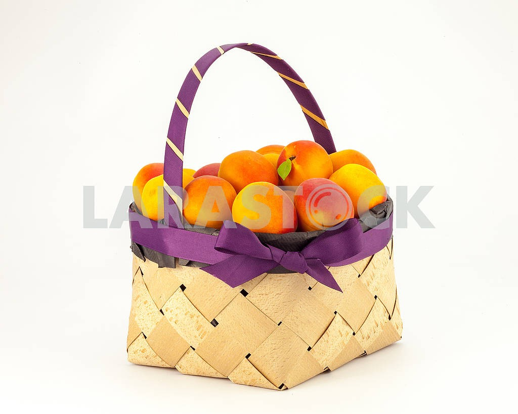 Apricots in a basket — Image 69086