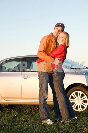 Счастливая молодая пара с их нового автомобиля