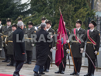 Poroshenko puts on a cap to the soldier of the guard of honor