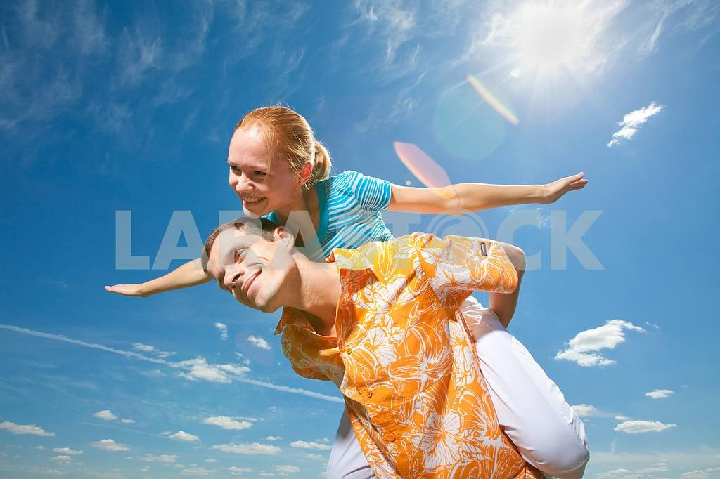 Молодые любви пара, улыбаясь в голубое небо — Изображение 6928
