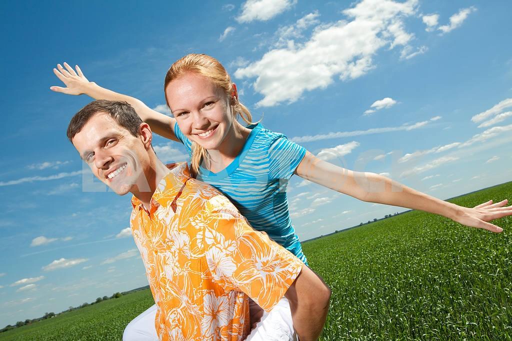 Молодые любви пара, улыбаясь в голубое небо — Изображение 6931