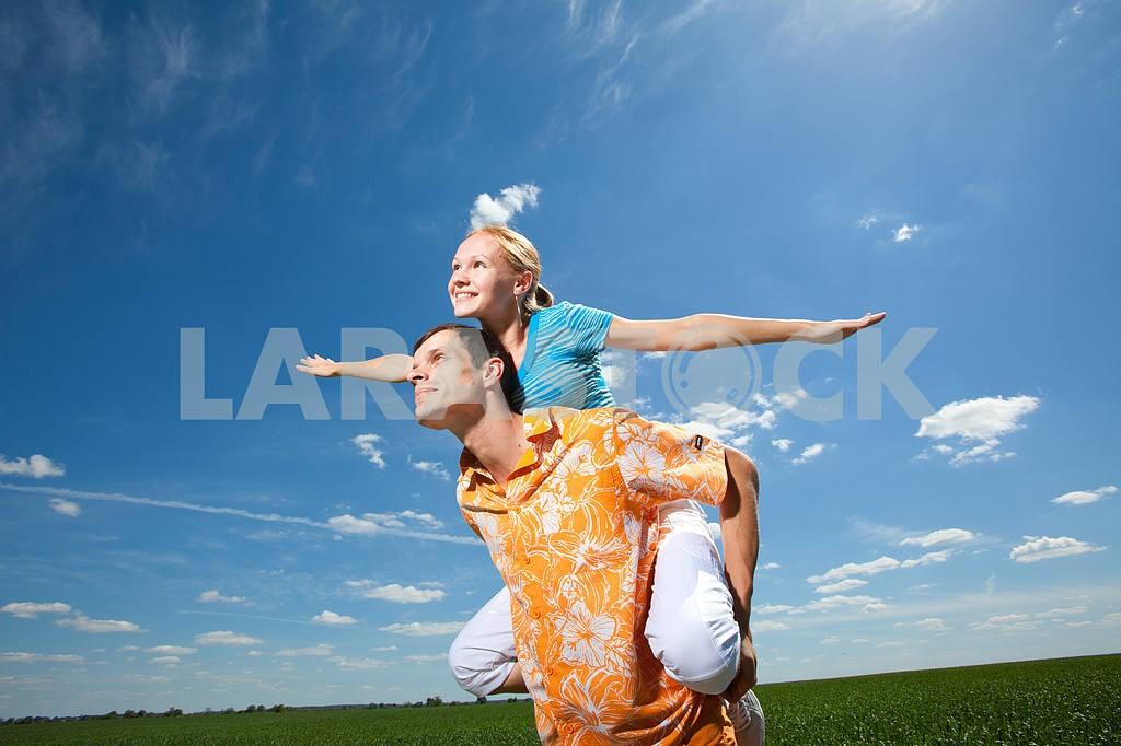 Молодые любви пара, улыбаясь в голубое небо — Изображение 6932
