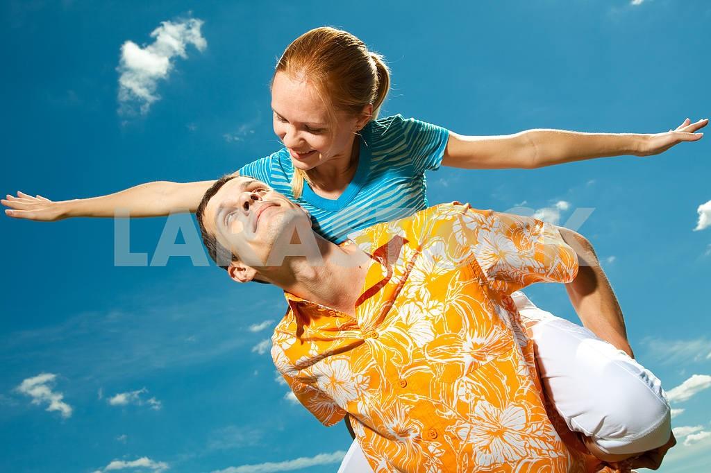 Молодые любви пара, улыбаясь в голубое небо — Изображение 6935