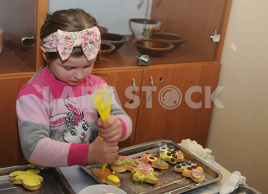 The girl is painting a carrot — Image 69351
