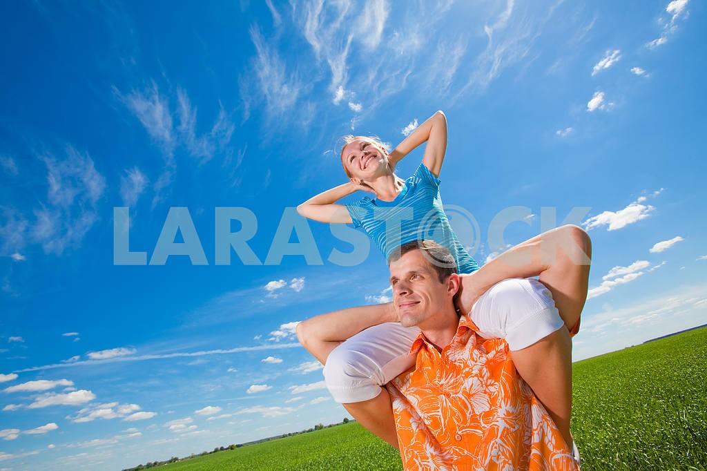Молодые любви пара, улыбаясь в голубое небо — Изображение 6937