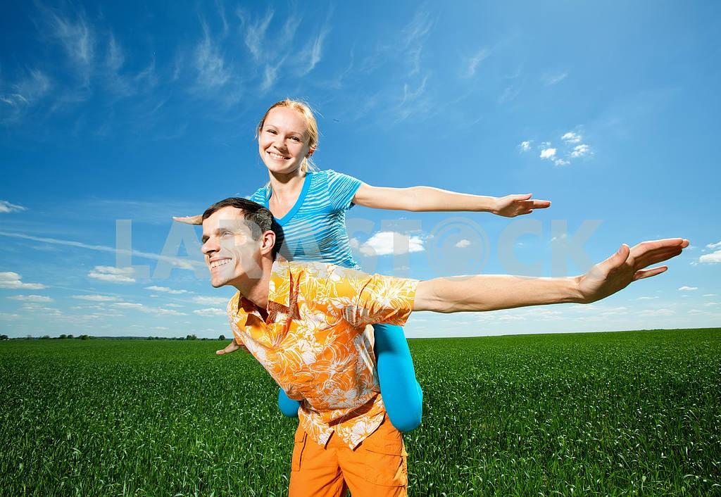 Молодые любви пара, улыбаясь в голубое небо — Изображение 6939