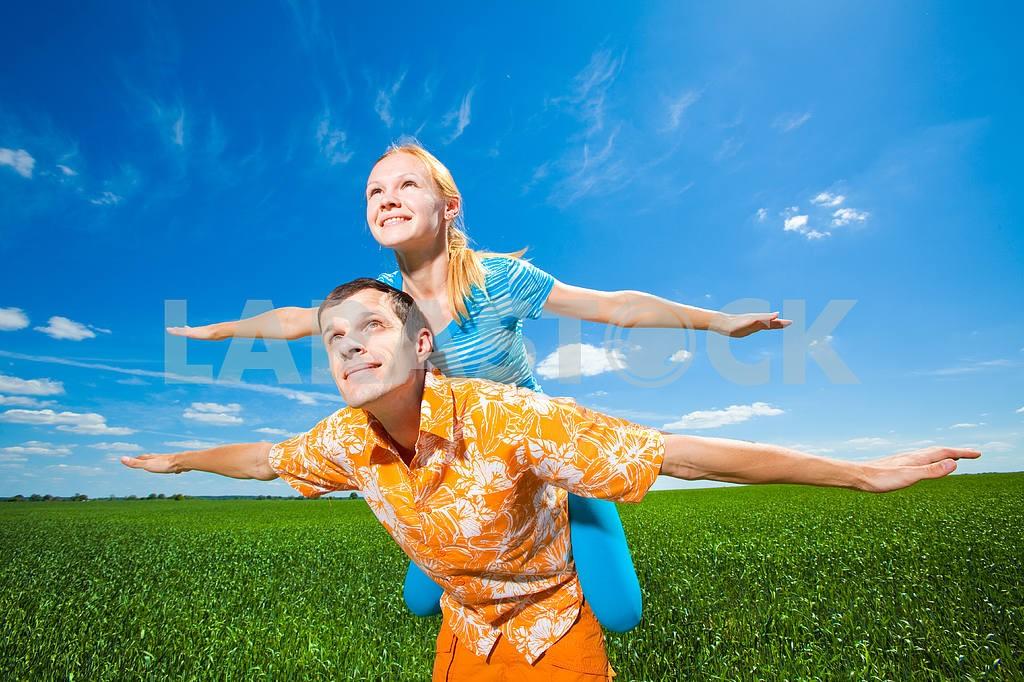 Молодые любви пара, улыбаясь в голубое небо — Изображение 6940