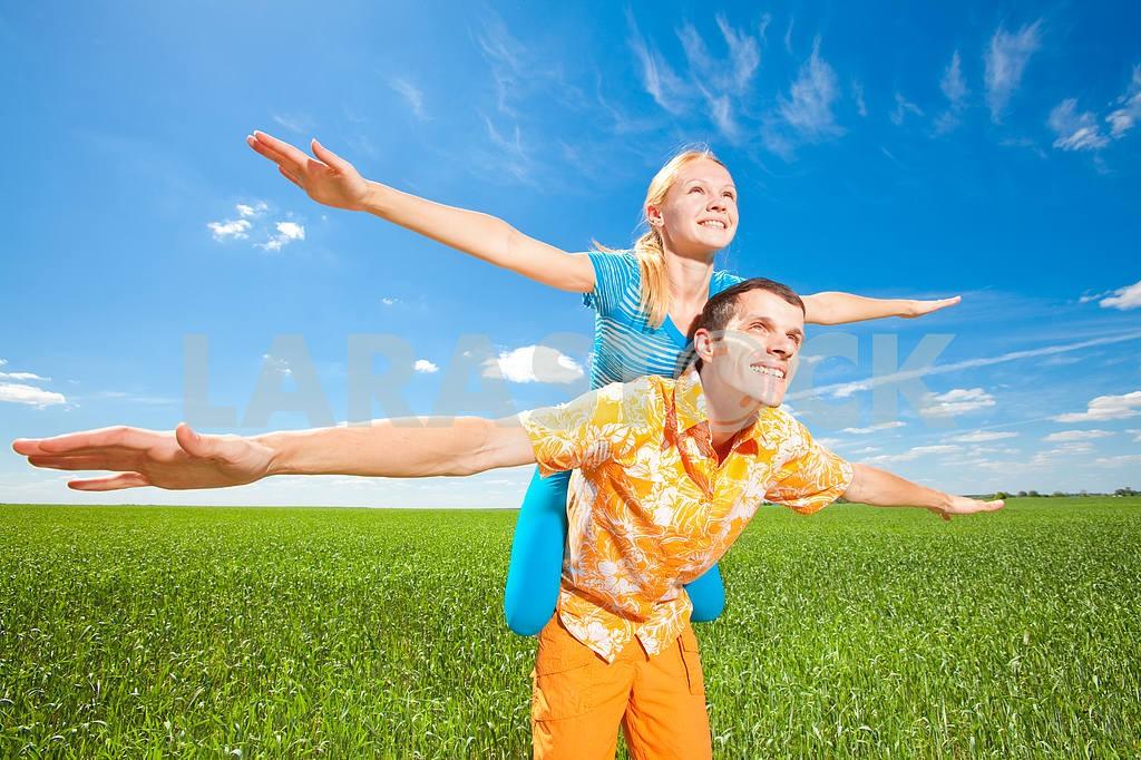 Молодые любви пара, улыбаясь в голубое небо — Изображение 6944