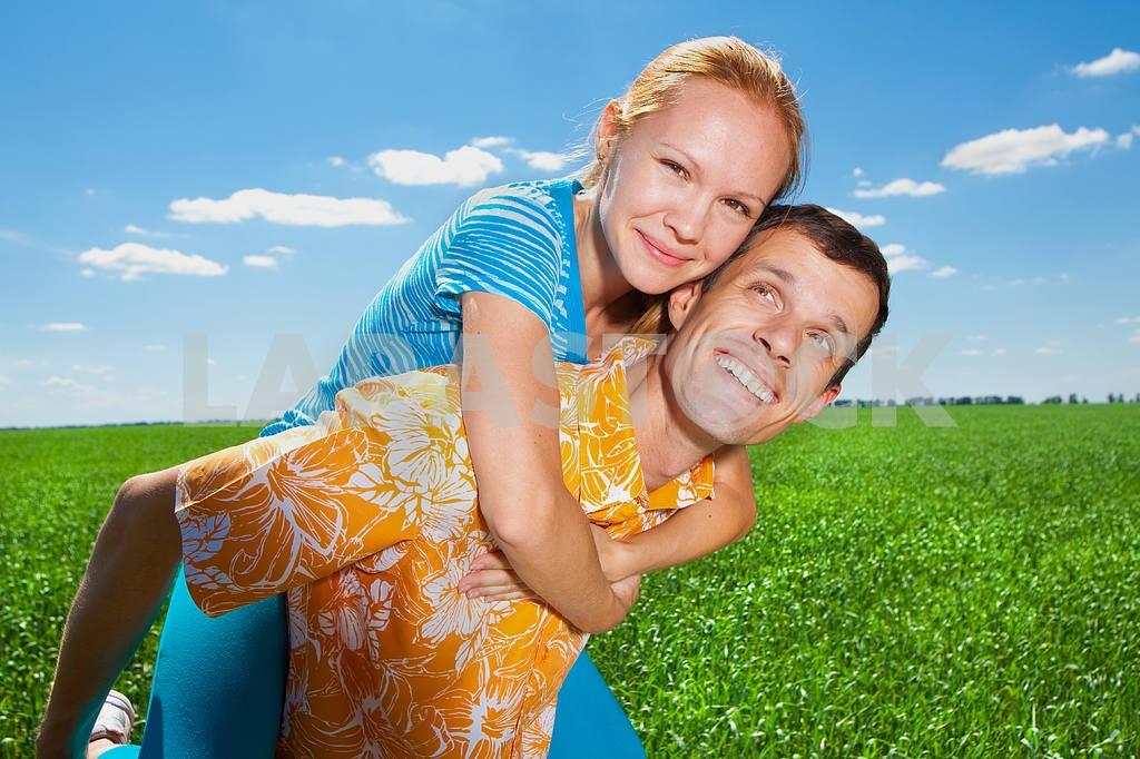 Молодые любви пара, улыбаясь в голубое небо — Изображение 6946