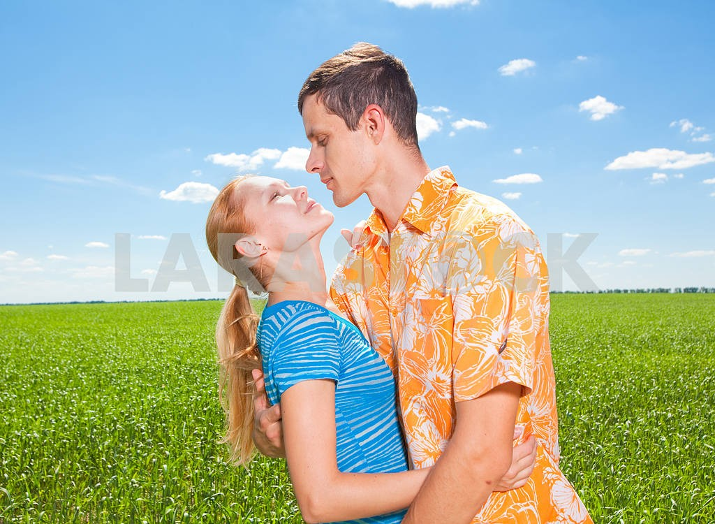 Young love Couple smiling under blue sky — Image 6948