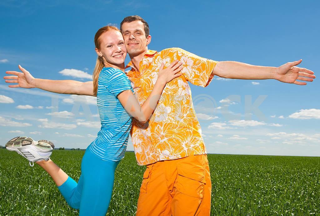 Молодые любви пара, улыбаясь в голубое небо — Изображение 6954