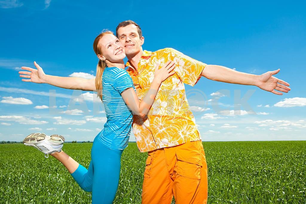 Молодые любви пара, улыбаясь в голубое небо — Изображение 6955