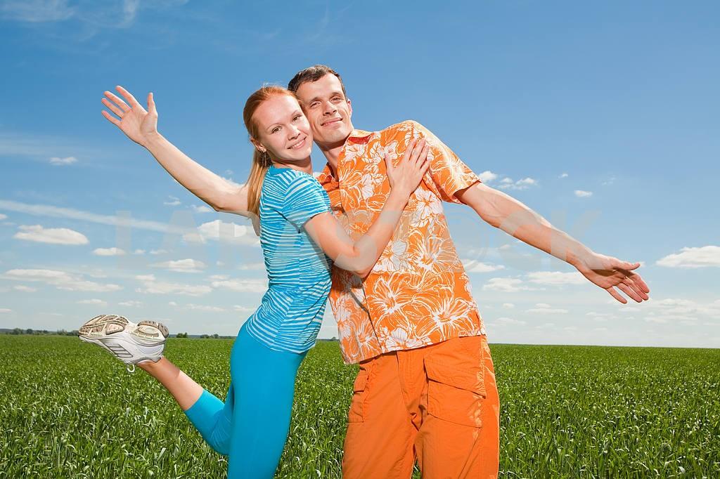 Молодые любви пара, улыбаясь в голубое небо — Изображение 6956