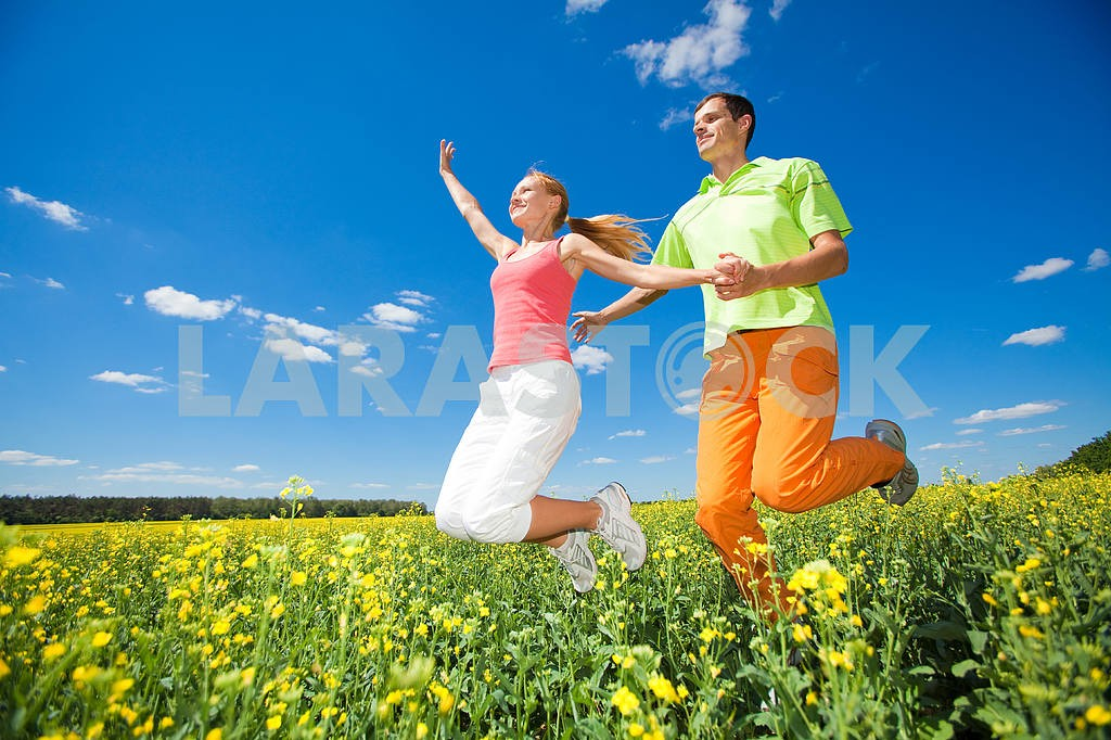 Happy people is jumping in field — Image 6957