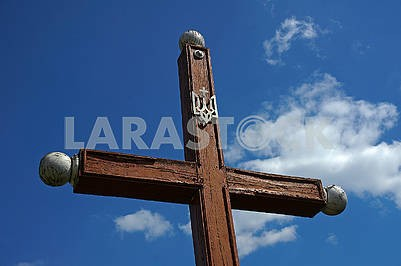 Дерев'яний хрест з тризубом