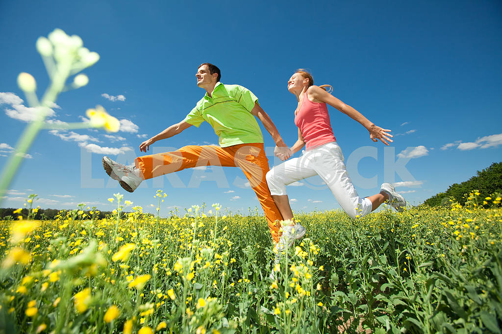 Молодые любви пара, улыбаясь в голубое небо — Изображение 6962