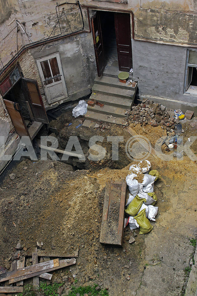 Repair works in the old courtyard — Image 69680