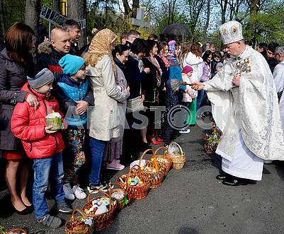 The priest consecrates Easter baskets