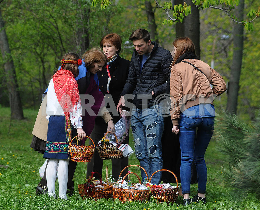 People with Easter baskets — Image 69700