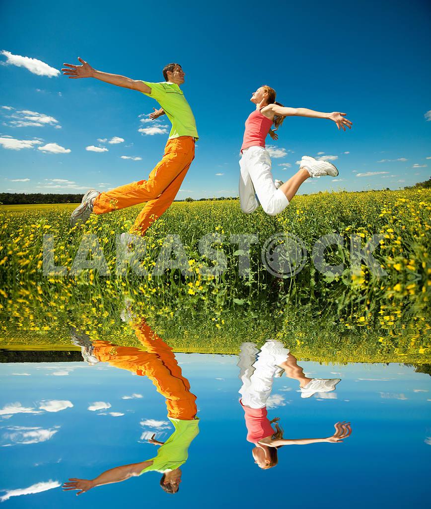 Молодые любви пара, улыбаясь в голубое небо — Изображение 6975
