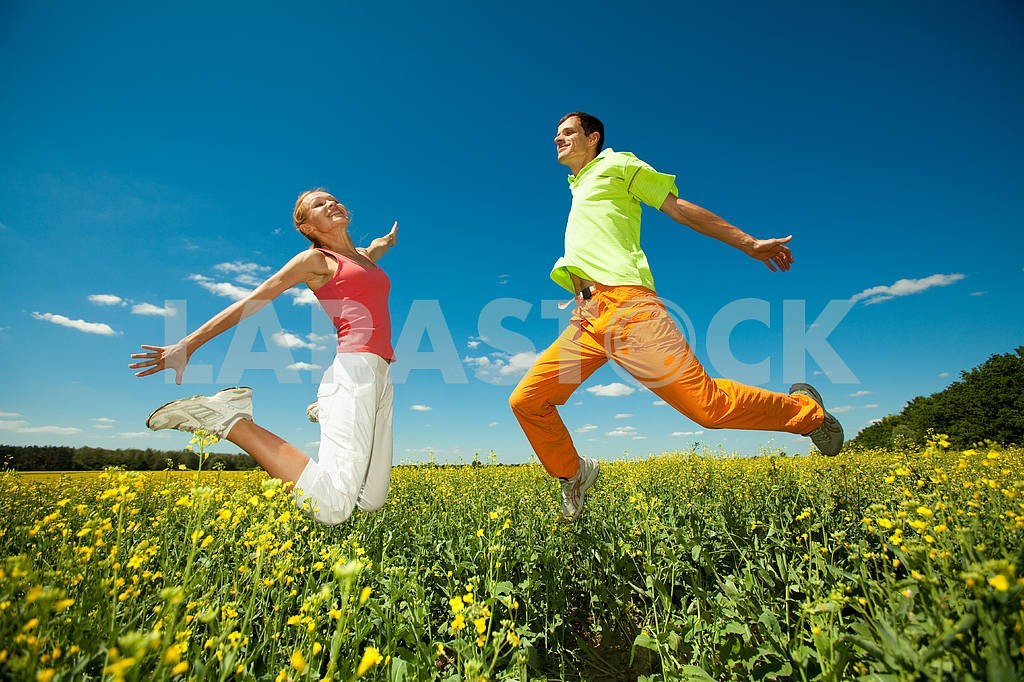 Молодые любви пара, улыбаясь в голубое небо — Изображение 6981