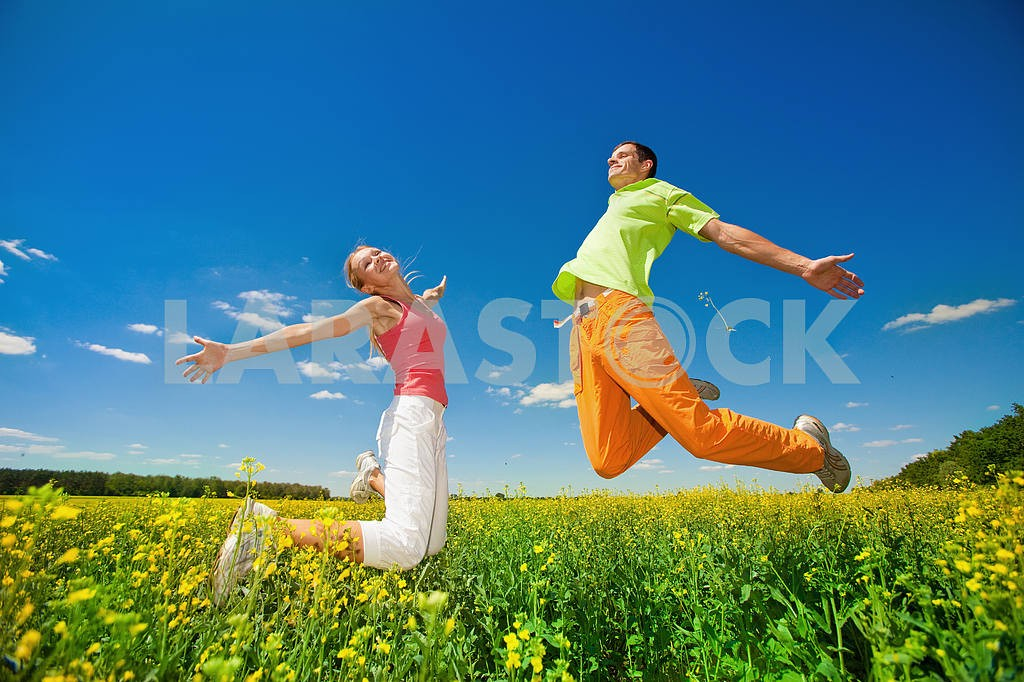 Happy people is jumping in field — Image 6983