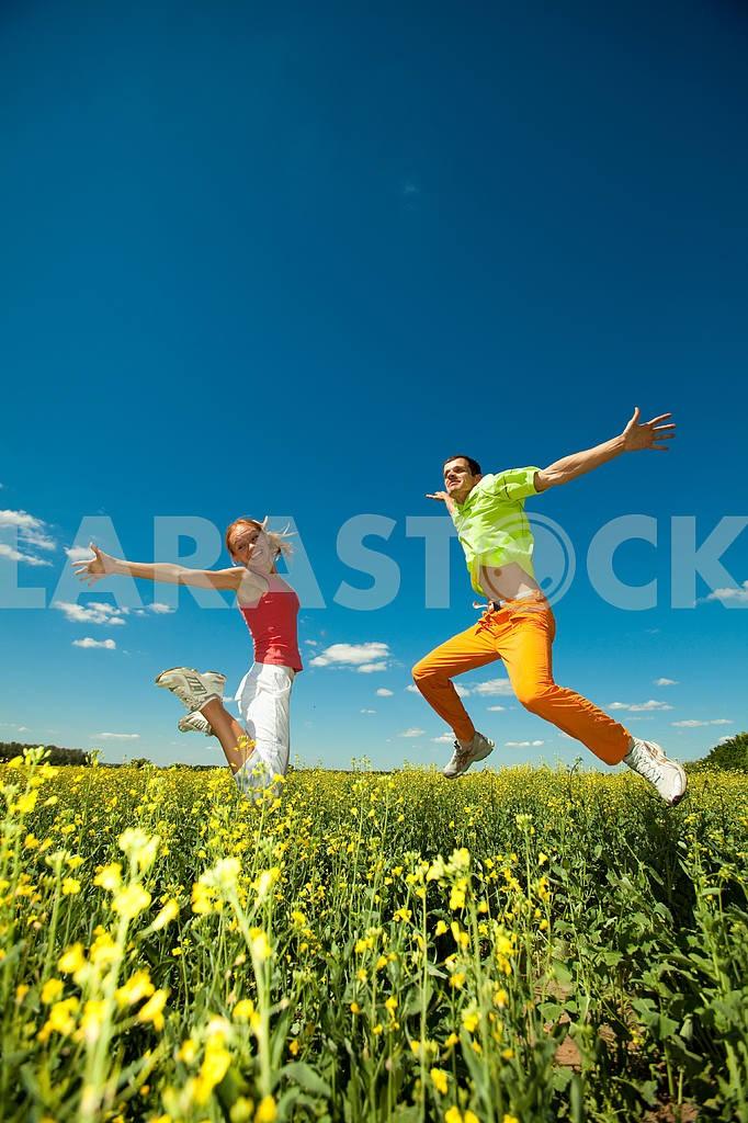 Молодые любви пара, улыбаясь в голубое небо — Изображение 6984