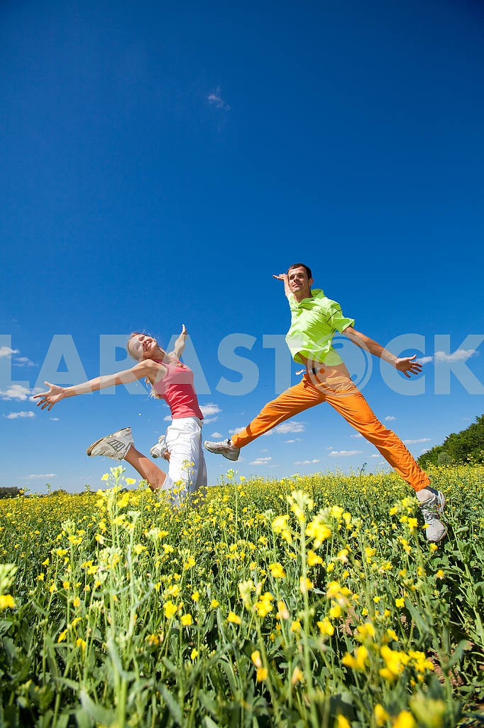 Happy people is jumping in field — Image 6985