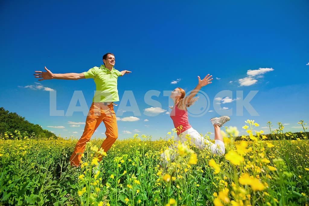 Молодые любви пара, улыбаясь в голубое небо — Изображение 6986