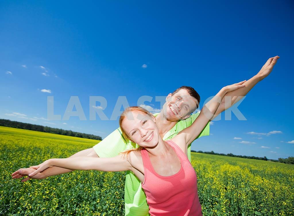 Молодые любви пара, улыбаясь в голубое небо — Изображение 7000
