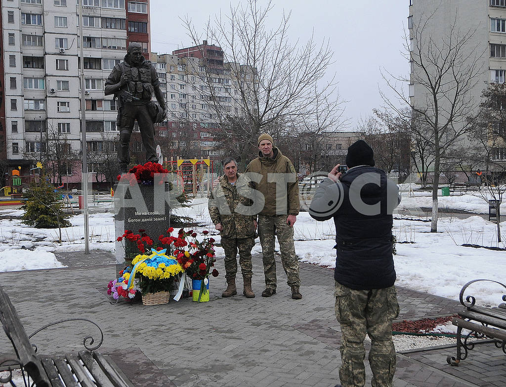 Laying flowers at the Volunteer Soldier Monument — Image 70043