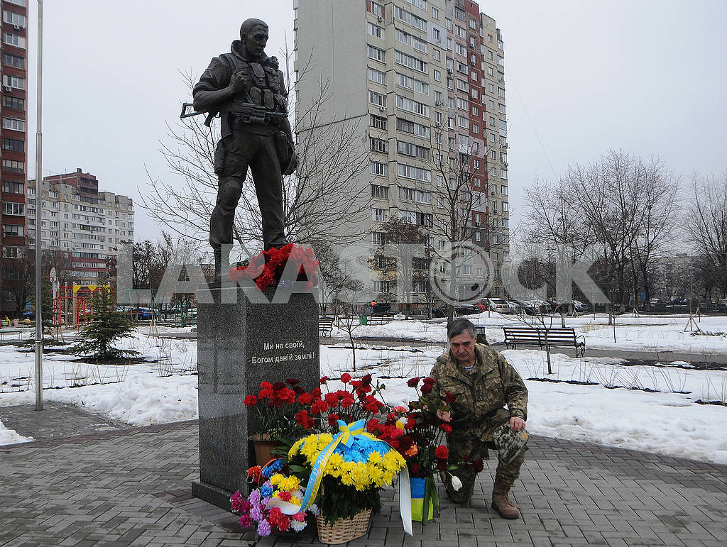 Laying flowers at the Volunteer Soldier Monument — Image 70044