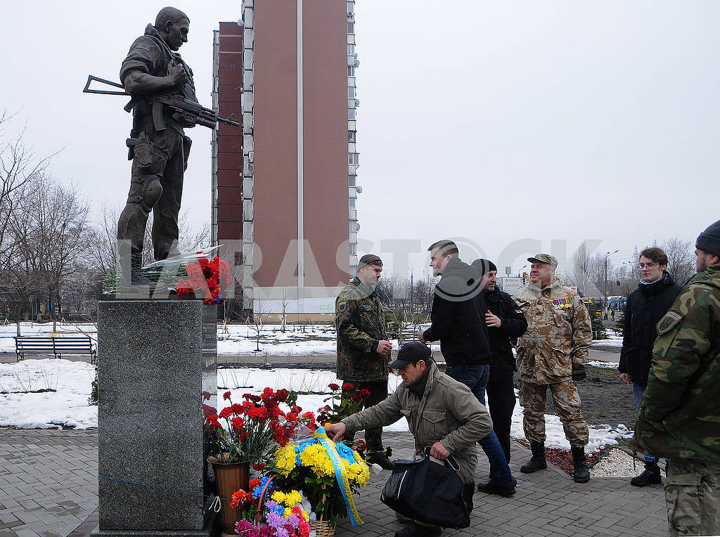 Laying flowers at the Volunteer Soldier Monument — Image 70048