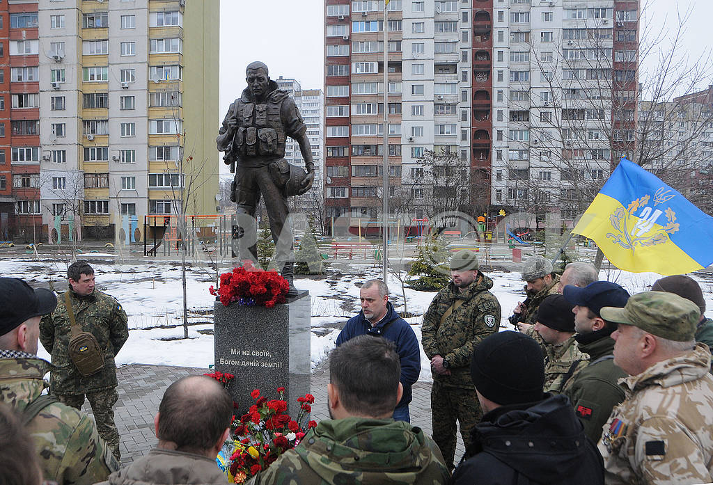 Laying flowers at the Volunteer Soldier Monument — Image 70049