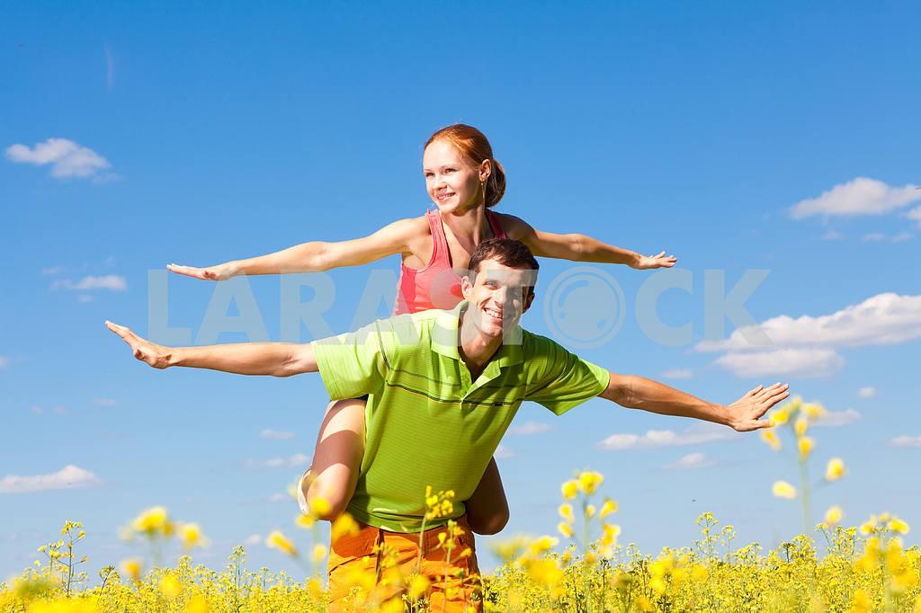 Молодые любви пара, улыбаясь в голубое небо — Изображение 7007